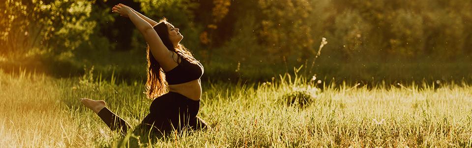Foto glückliche Frau in Yoga-Haltung bei Sonnenaufgang