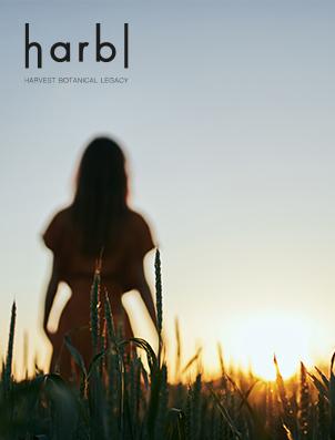 Foto Frau im Grasfeld bei Sonnenuntergang